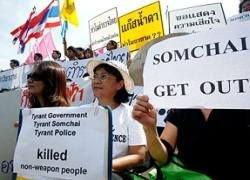 Премьера Таиланда забросали ботинками