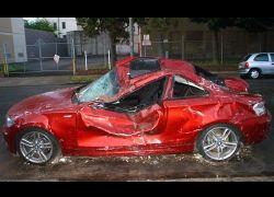 """BMW 135i на \""""пятерку\"""" выдержал удар тонны металла и кирпичей по крыше"""