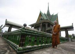 Тайские монахи построили храм из 1 000 000 бутылок