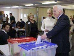 Маккейн проголосовал в церкви, а Обама - в спортзале