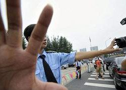Китайский водитель таранил толпу школьников