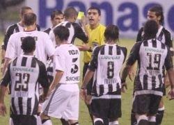 Бразильский игрок показал желтую карточку арбитру