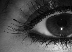 Странное заболевание: женщина слепнет каждые три дня из 6