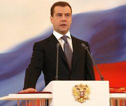 Медведев правильно изменяет Конституцию?