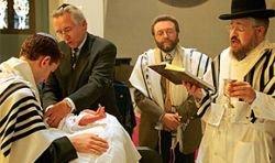 Евреев и мусульман Дании хотят лишить обрезания
