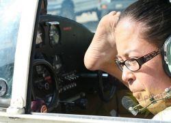 Девушка без рук получила лицензию пилота