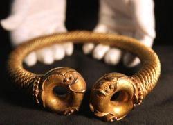 Археолог-любитель нашел золотую шейную гривну ценой 350 тыс фунтов