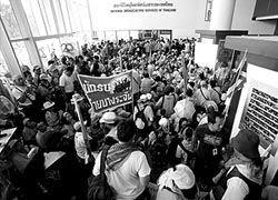 В Бангкоке демонстранты штурмуют аэропорт