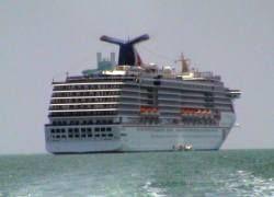 Пираты обстреляли круизный лайнер в Аденском заливе
