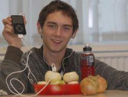 Британский студент заряжает свой iPod репчатым луком