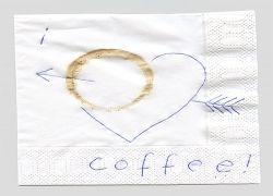 Художник выражает свою любовь к кофе на салфетках