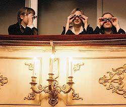 Почему в эпоху финансовых потрясений зрители не экономят на театре?