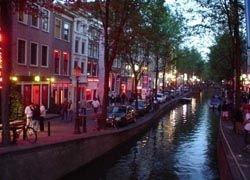 Власти Амстердама расчищают район красных фонарей, а их работниц отправят на переобучение