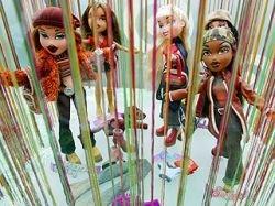 """Конец кукольной войне: \""""хорошая девочка\"""" Barbie победила \""""проказницу\"""" Bratz"""