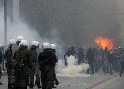 Беспорядки в Греции: Толпа сжигает и грабит банки и магазины