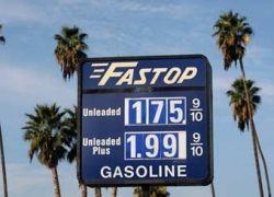 Цены на бензин в США приблизились к пятилетнему минимуму