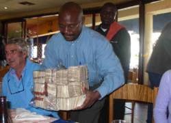В Зимбабве появилась денежная купюра номиналом $200 млн