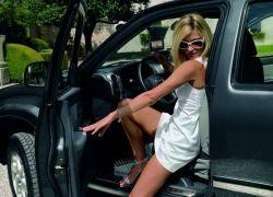 Самый подходящий авто для длинноногой блондинки