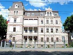 Российский дипломат превратил квартиру пенсионерки в свинарник