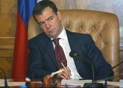 Медведев потребовал от чиновников сократить расходы