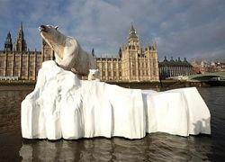 По Темзе проплыл полярный медведь на льдине