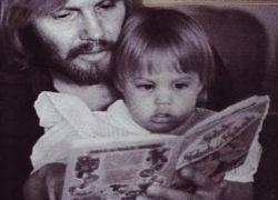 Детские фотографии Анджелины Джоли опубликовали в журнале Hello
