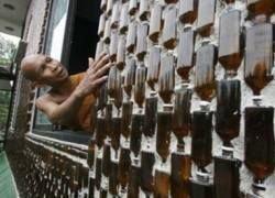 В Таиланде построили храм из пивных бутылок