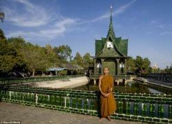 Буддисты построили храм из пивных бутылок