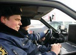 В Свердловске автомобиль 150 м тащил за собой автоинспектора
