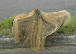Жительница Румынии связала одежду из собственных волос