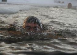 Человек проплыл километр в ледяной воде
