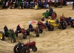 Старушки вальсируют на тракторах