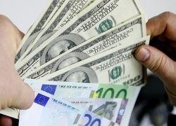 Летом доллар наступит евро на пятки