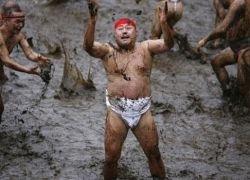 Японцы молятся о здоровье младенцев, купаясь в грязи