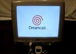 Убитый iMac стал новым домом для консоли DreamCast