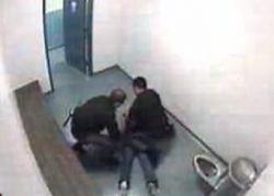 """Американские \""""копы\"""" избили 15-летнюю девочку"""