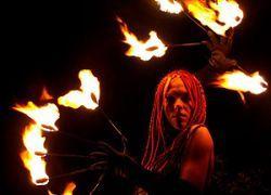 Поинг: искусство вращения горящих шаров на цепях