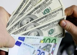 Курсы валют на ММВБ: доллар рухнул, евро вырос