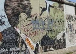 С Берлинской стены смыли граффити