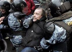 Избит известный правозащитник Лев Пономарев