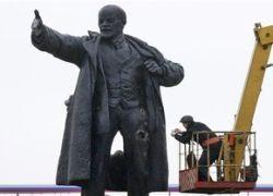 В Петербурге демонтируют взорванный памятник Ленину