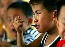 Китайский школьник закусывает лягушками и червями