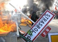 Демонстранты подожгли отель в Страсбурге