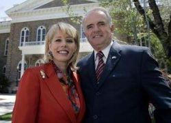 Губернатора Невады обвинили в супружеской неверности