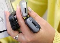 Продажи сотовых телефонов в России упали вдвое