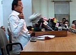 Журналист швырнул в главу МВД Индии ботинок