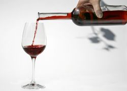 Бокал вина может уберечь от язвы желудка