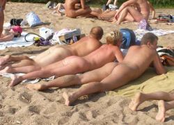 Все больше людей готовы обнажитьcя на пляжах