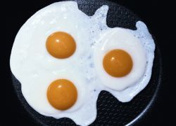 Яичница на завтрак позволяет быть сытым целый день