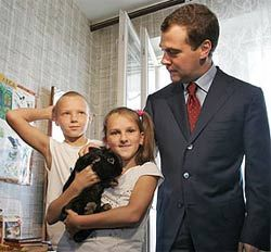 Медведев утвердил закон о комендантском часе для детей